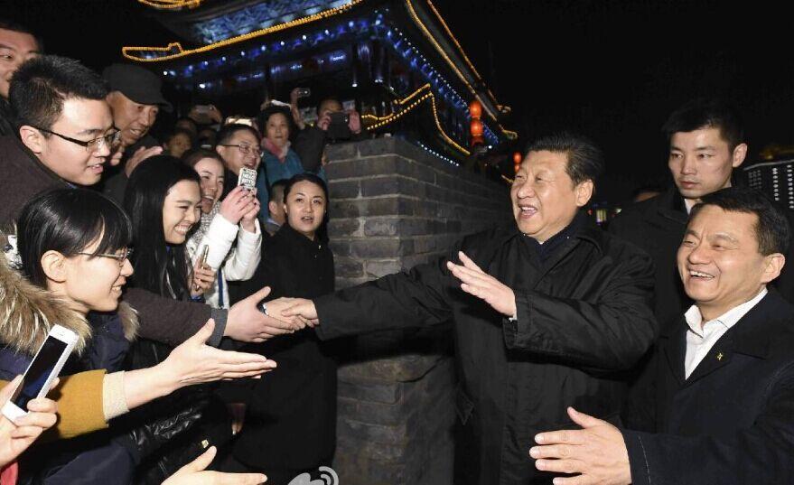 习近平总书记登上西安古城墙同市民亲切交流